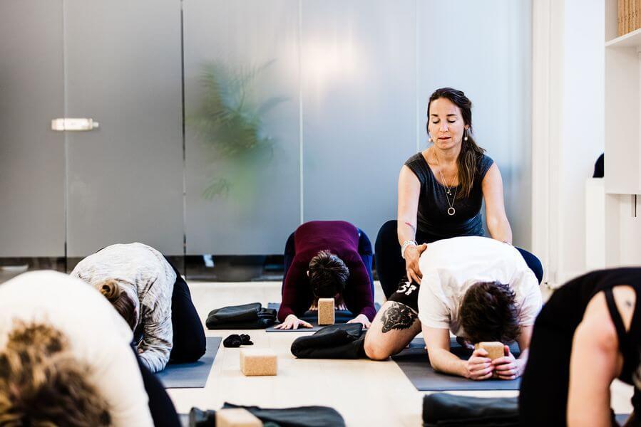 Kristine Rost elsker at undervise i yoga og bliver motiveret af at hjælpe sine studerende